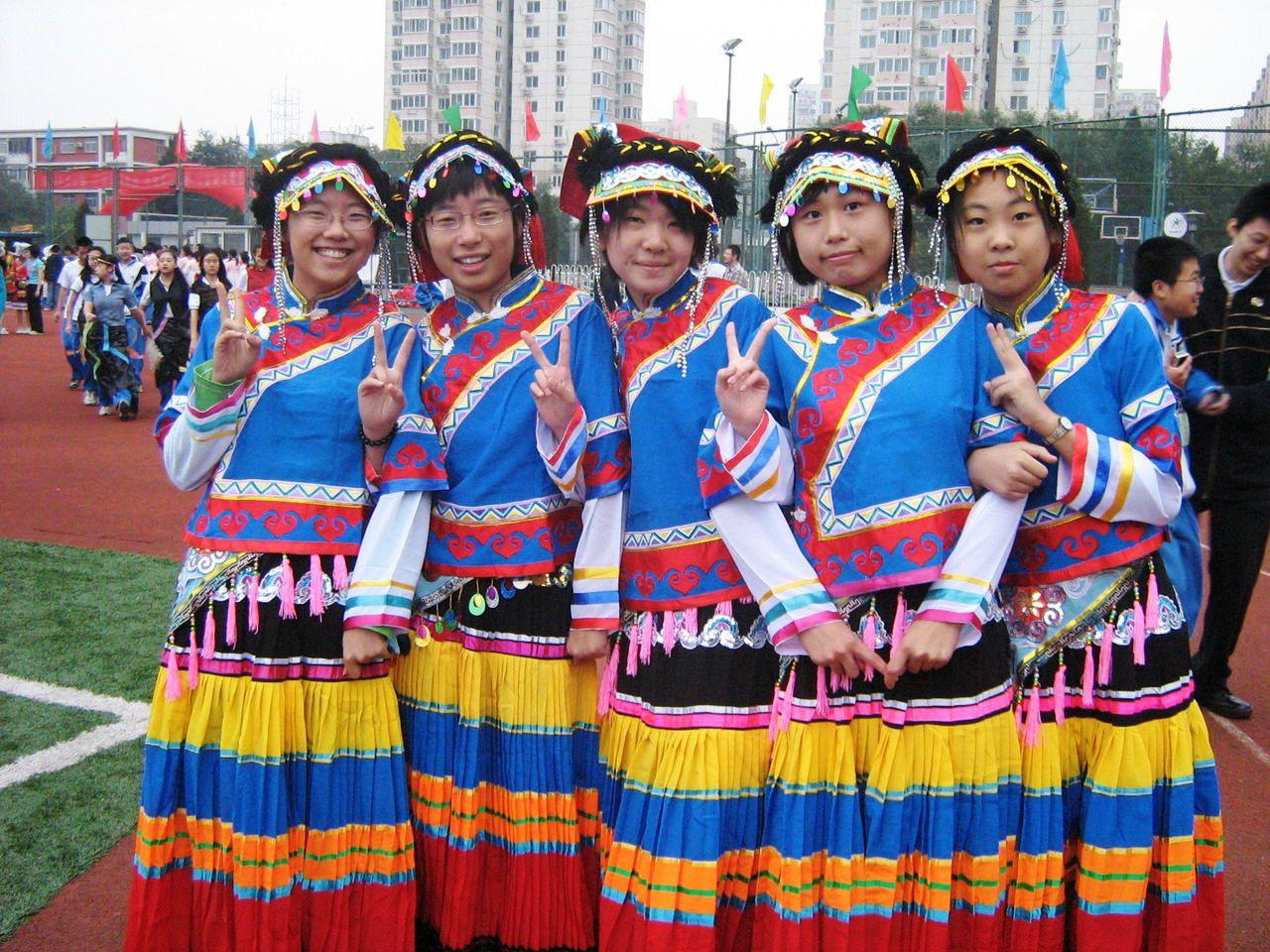彝族摸奶节:女孩
